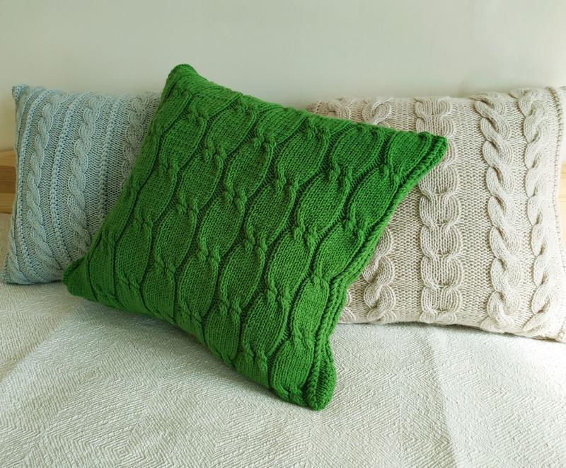 Зеленая диванная подушка декоративная вязаная с геометрическим узором