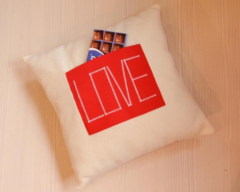 """Подушка з кишенею і написом """"love"""""""