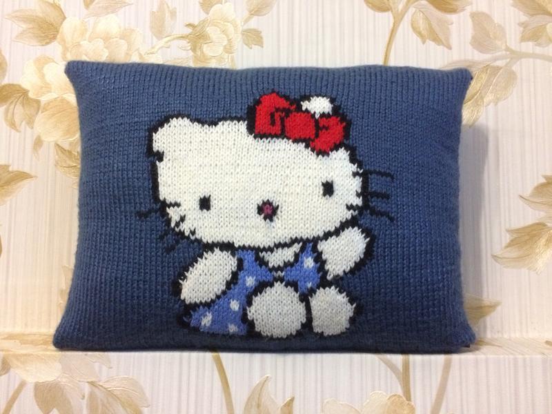 Декоративна в'язана подушка Hello Kitty ручної роботи