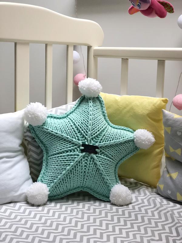 Интерьерная подушка в форме звезды, декорированная помпонами