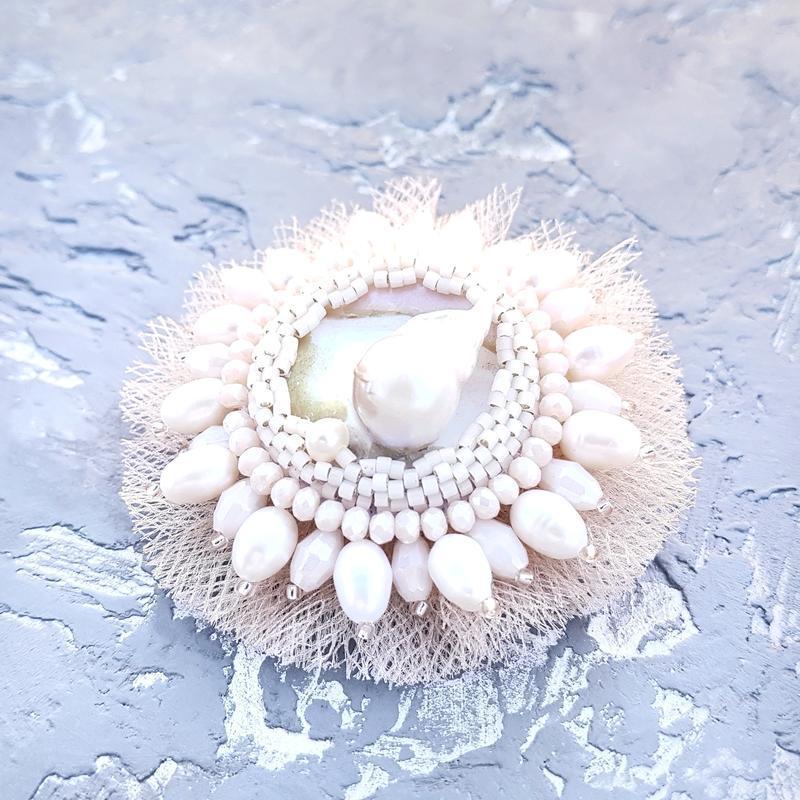 Брошка з натуральними перлами та перламутром пауа брошь цветок