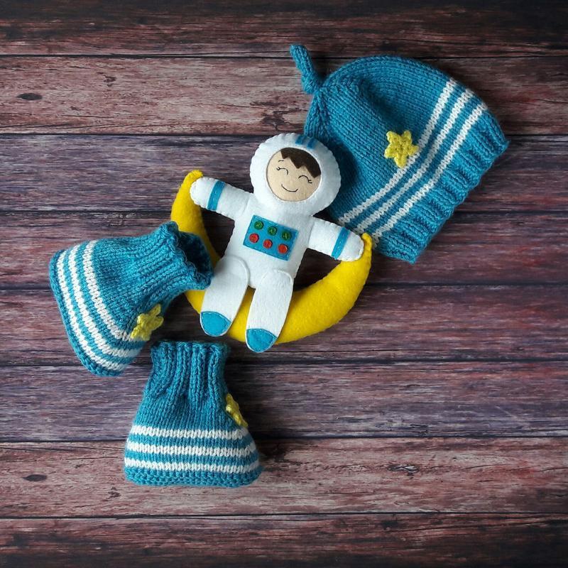 """Подарунковий набір """"Космонавт"""" - шапочка, пінетки, іграшка"""