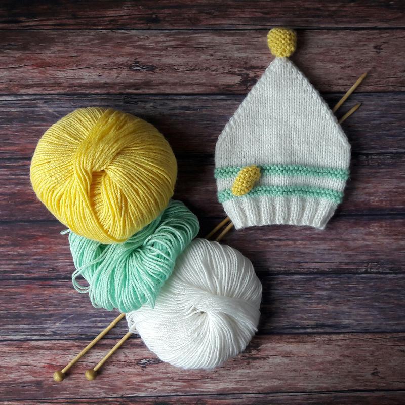 Ніжна шапочка для малюка в подарунковій коробці