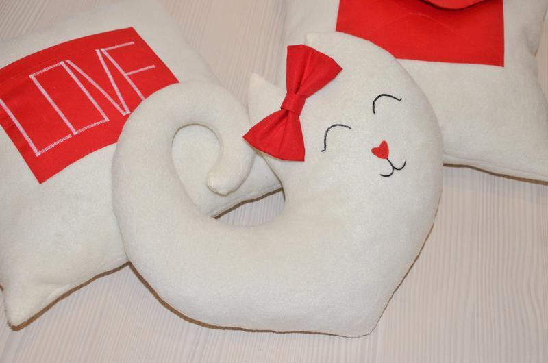 Подушка у вигляді кішки або кота