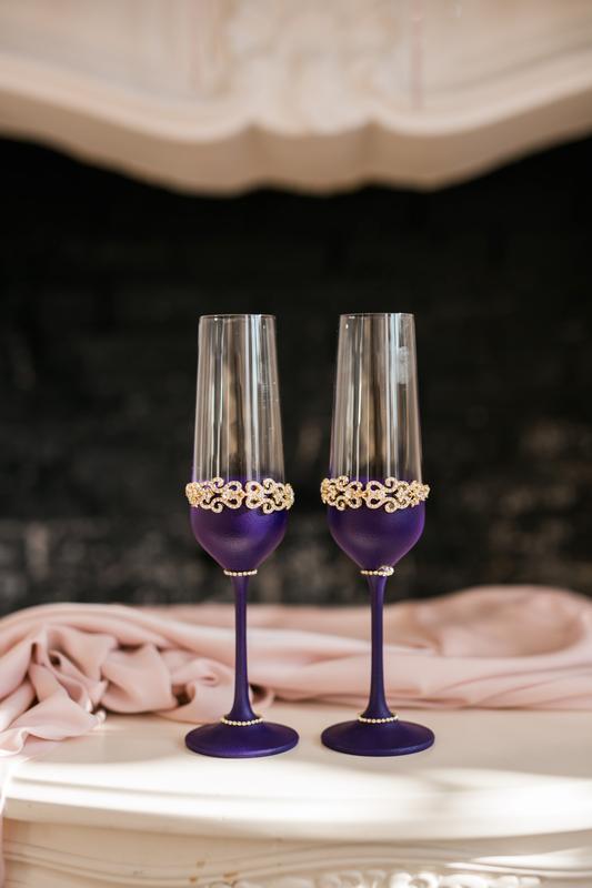 Свадебные бокалы фиолетового цвета Восточные сказки с декором в золотом цвете