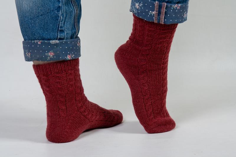 Теплые вязаные носки с косами
