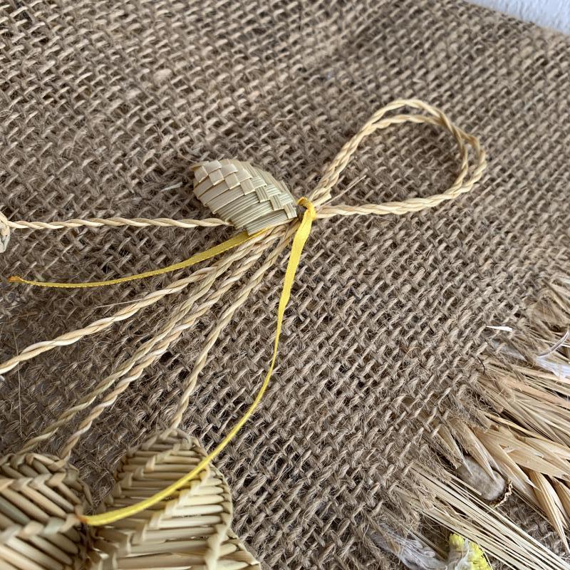 Колокольчики из соломы с лентой