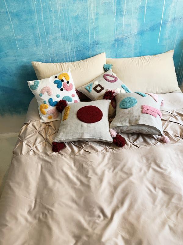 Яркая декоративная стильная подушка