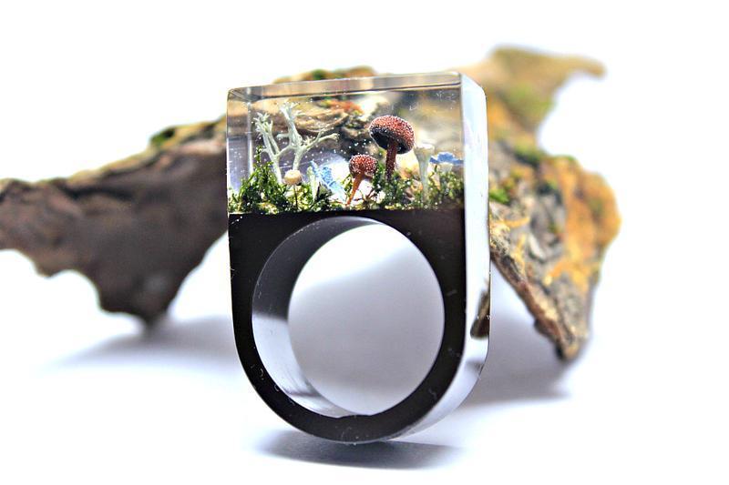 Кольцо из ювелирной смолы с засушенными растениями