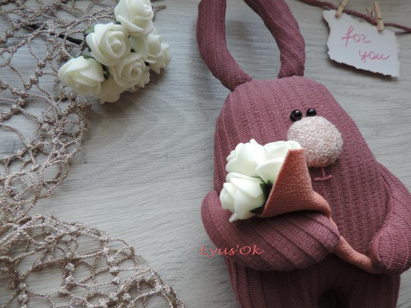 Кролик з квітами. Милий зайчик. Чарівний подарунок на День святого Валентина. Сувенір до Дня Закоханих.