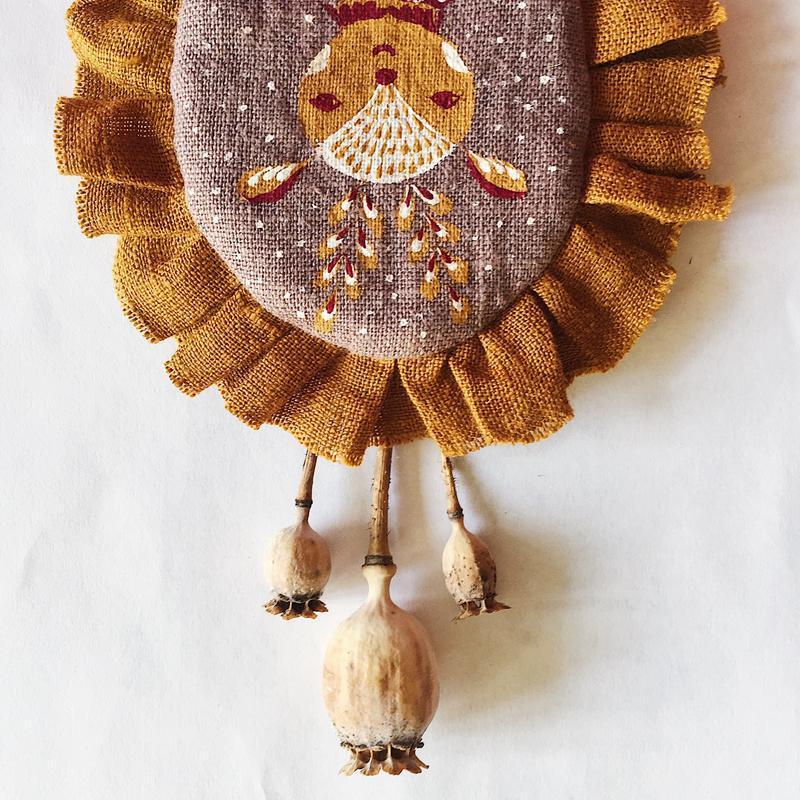 Бохо брошка Оленёнок, льняная, расписанная вручную акриловыми красками, с рюшами по окружности