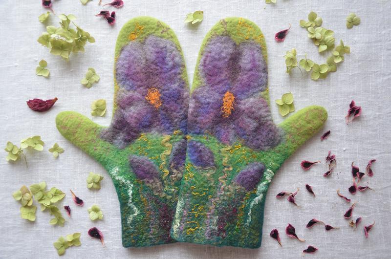 Варежки валяные ′Аромат весны′, зеленые варежки с ирисами