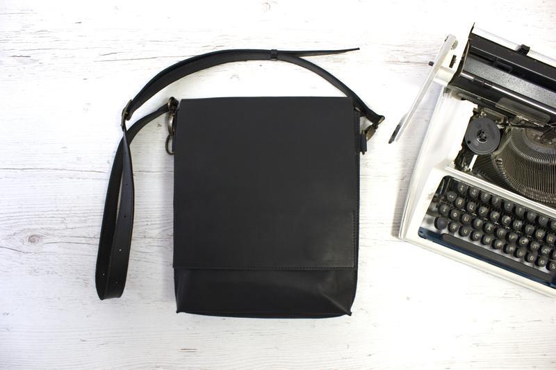 Кожаная черная сумка-планшет на скрытых магнитах унисекс