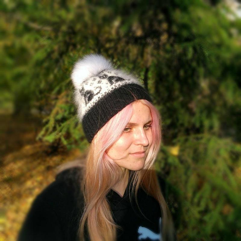 Молодежная шапка из пушистой пряжи