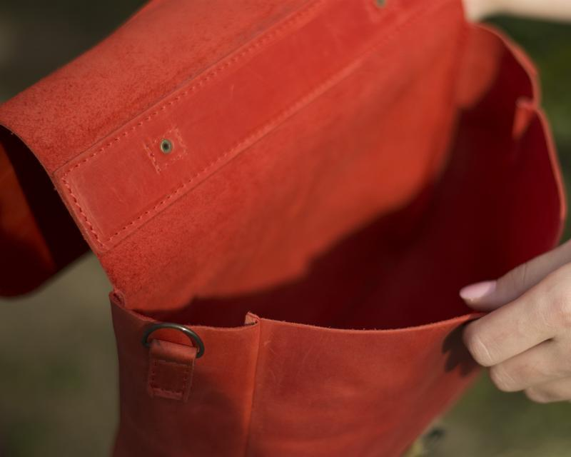 Кожаная сумка на скрытом клапане красная