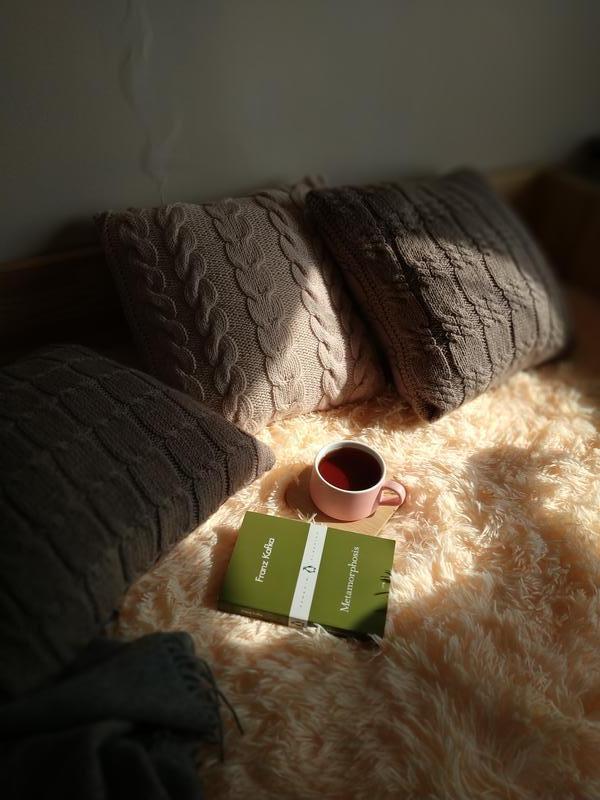 Декоративная диванная подушка вязаная с геометрическим узором - Кофейная