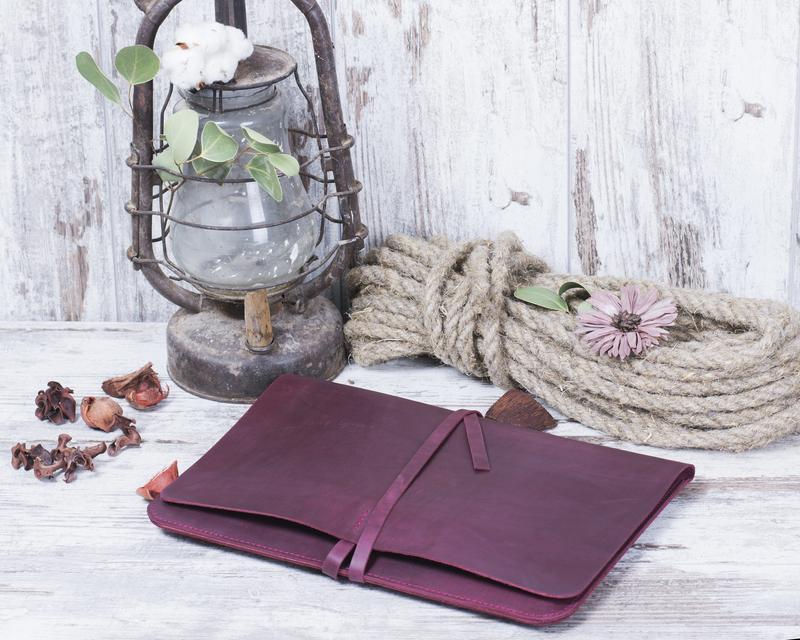 Кожаный чехол для ноутбука на ремешке бордовый