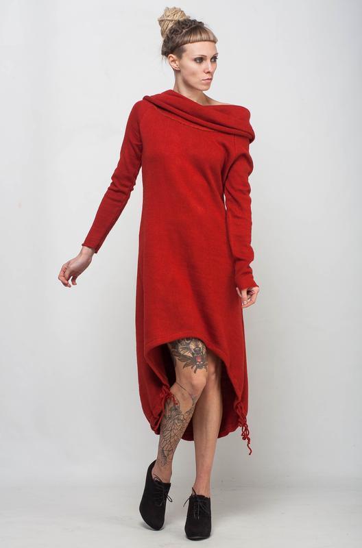 Красное вязаное платье с ассиметричным низом и узором на спине