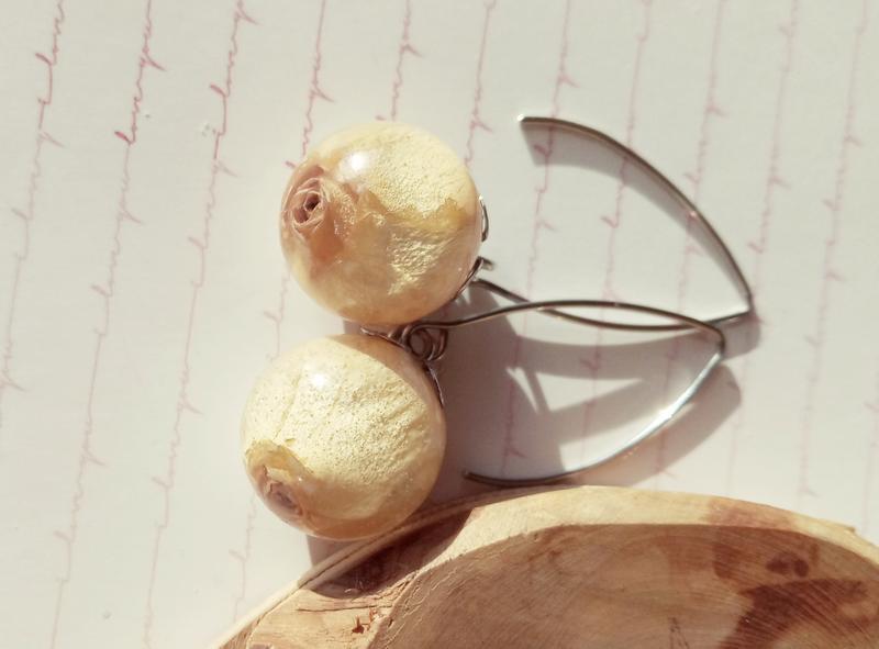 Сережки з кремовими трояндами в ювелірній смолі