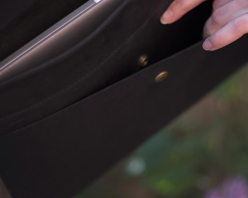 Черный кожаный чехол для Macbook на скрытом магните