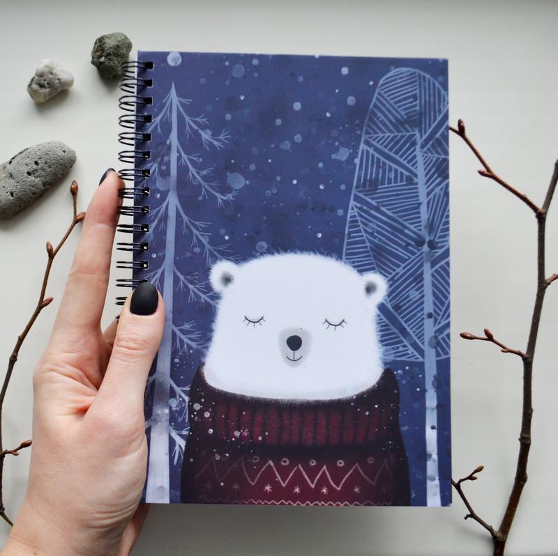 Блокнот А5 с голубыми страницами. Авторская иллюстрация Медведь Кристоф