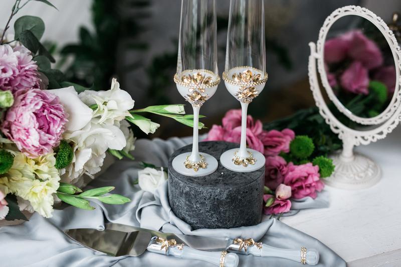 Свадебные фужеры Изысканное бохо. Бокалы на свадьбу в бело- золотых тонах.