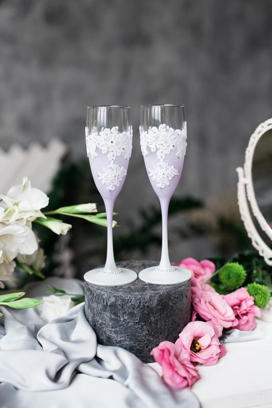 Свадебные фужеры Нежная лаванда. Бокалы на свадьбу с кружевом.
