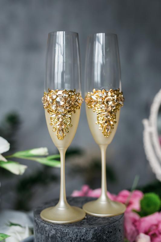 Фужеры на свадьбу Золотые гортензии. Свадебные бокалы в золотом цвете.