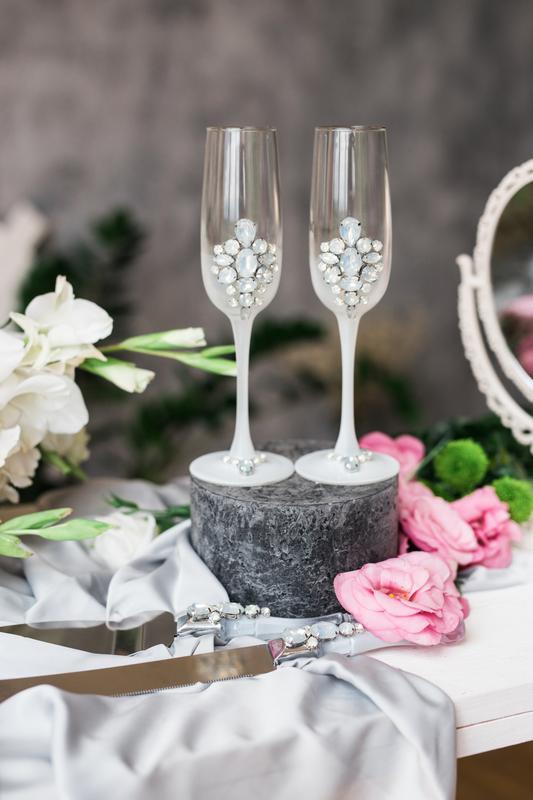 Свадебные бокалы Лунный камень. Бокалы на свадьбу в белом цвете.
