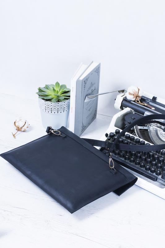 Кожаный черный чехол для ноутбука с ремешком