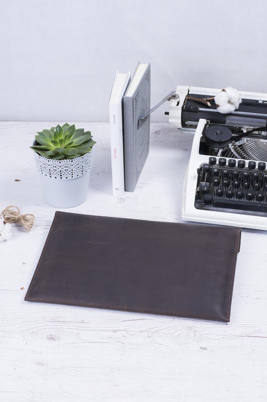 Кожаный коричневый чехол для Macbook на двух кнопках