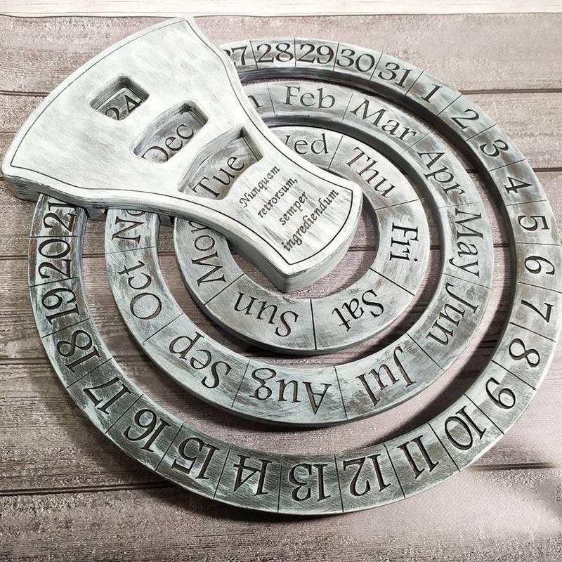 Настінний дерев'яний календар, діаметр кіл 37 см, нанесення логотипів, написів
