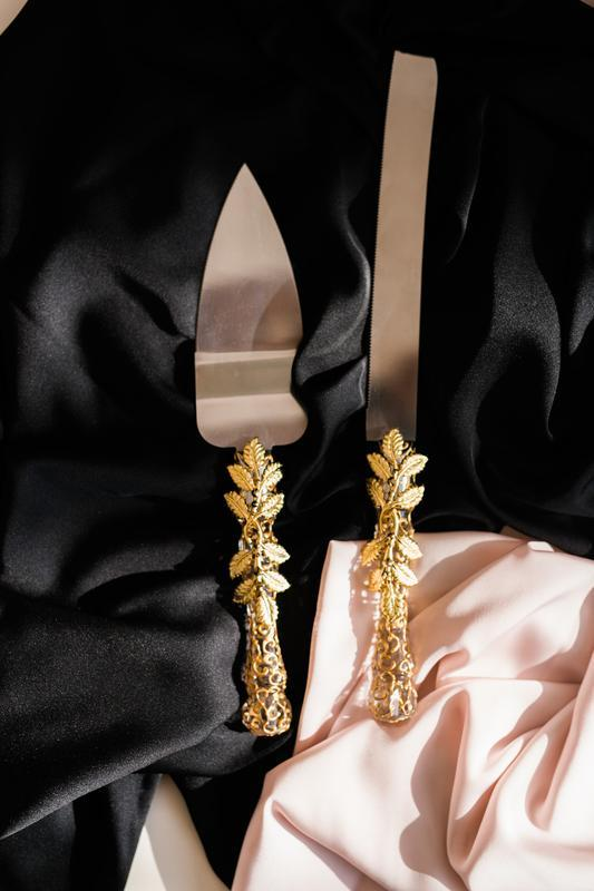 Набор на свадьбу Золотые листики. Бокалы  и приборы для свадебного торта с росписью золотого цвета
