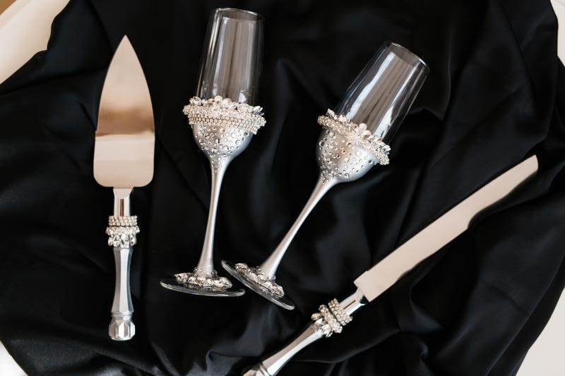 Свадебный набор Серебряное торжество. Бокалы и приборы для свадебного торта в едином стиле