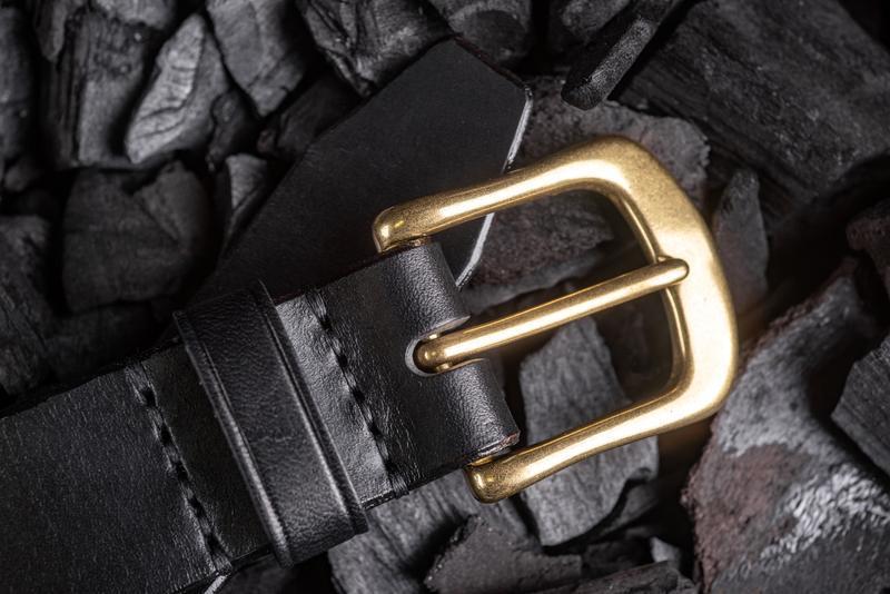 Брючный ремень из натуральной кожи с латунной пряжкой в черном цвете от мастерской Hidemont 0189