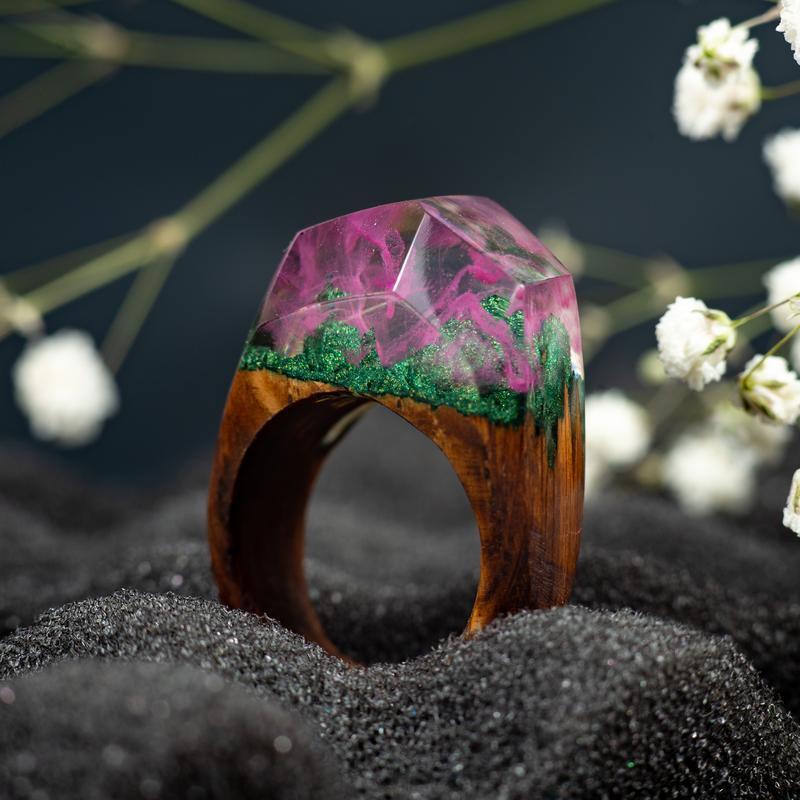 Кольцо из дерева и эпоксидной смолы. Подарок для подружки.
