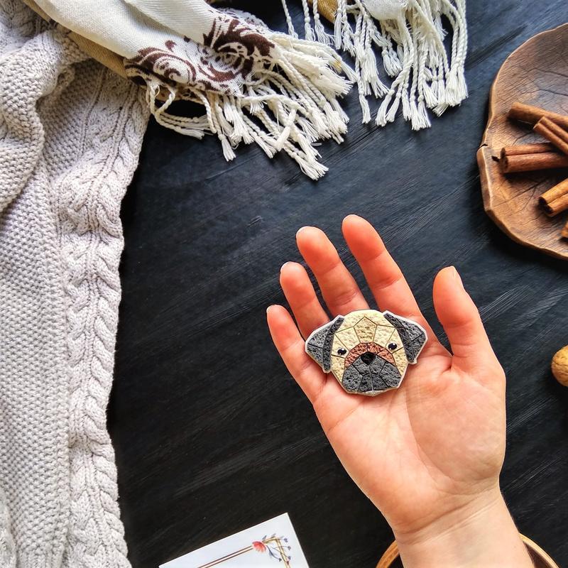 Портретная брошь собака Мопс ручной работы. Авторская полигональная брошь по фото любого животного