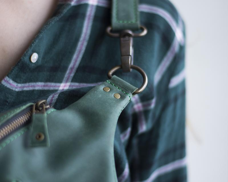 Стильная поясная сумка из натуральной кожи зеленый