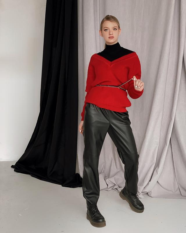 Вязаный джемпер и кожаные брюки