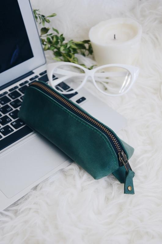 Зеленый кожаный чехол для очков треугольной формы