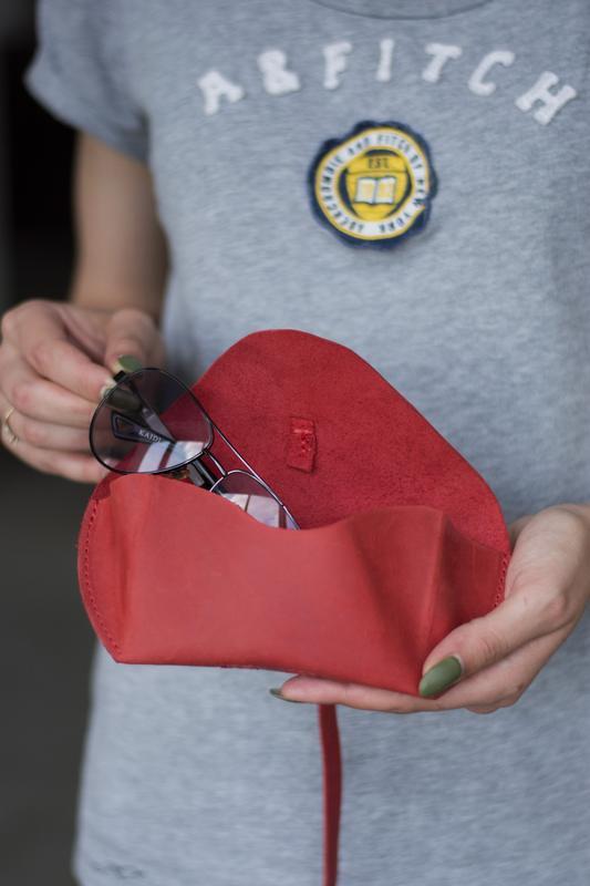 Кожаный чехол для очков на ремешке красный