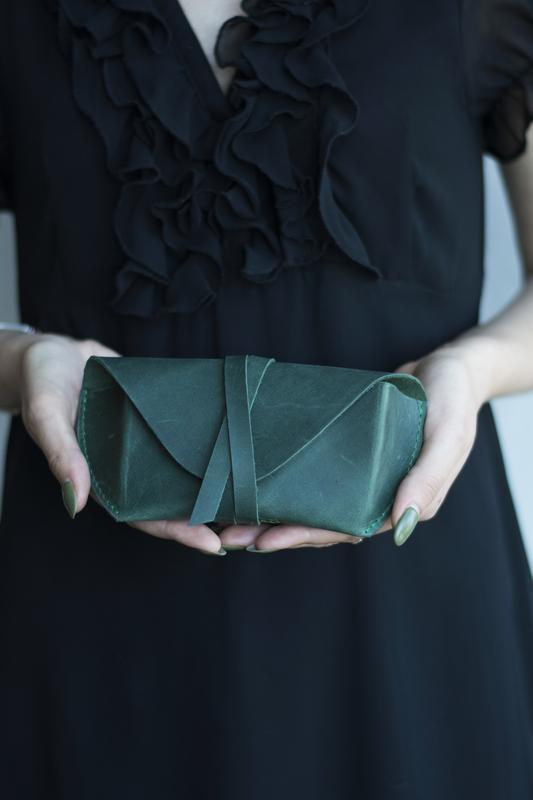 Кожаный чехол для очков на ремешке зеленый