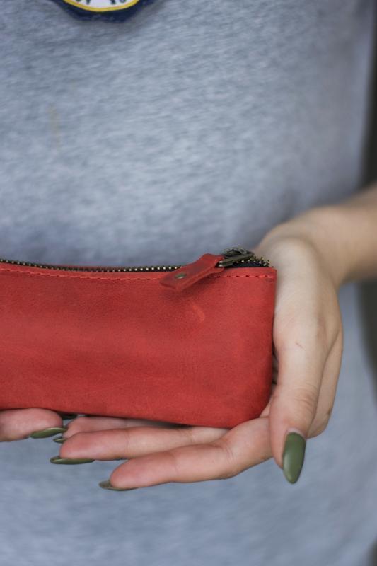 Кожаный чехол для очков на застежке красный