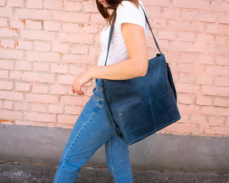 Большой кожаный рюкзак-трансформер голубой
