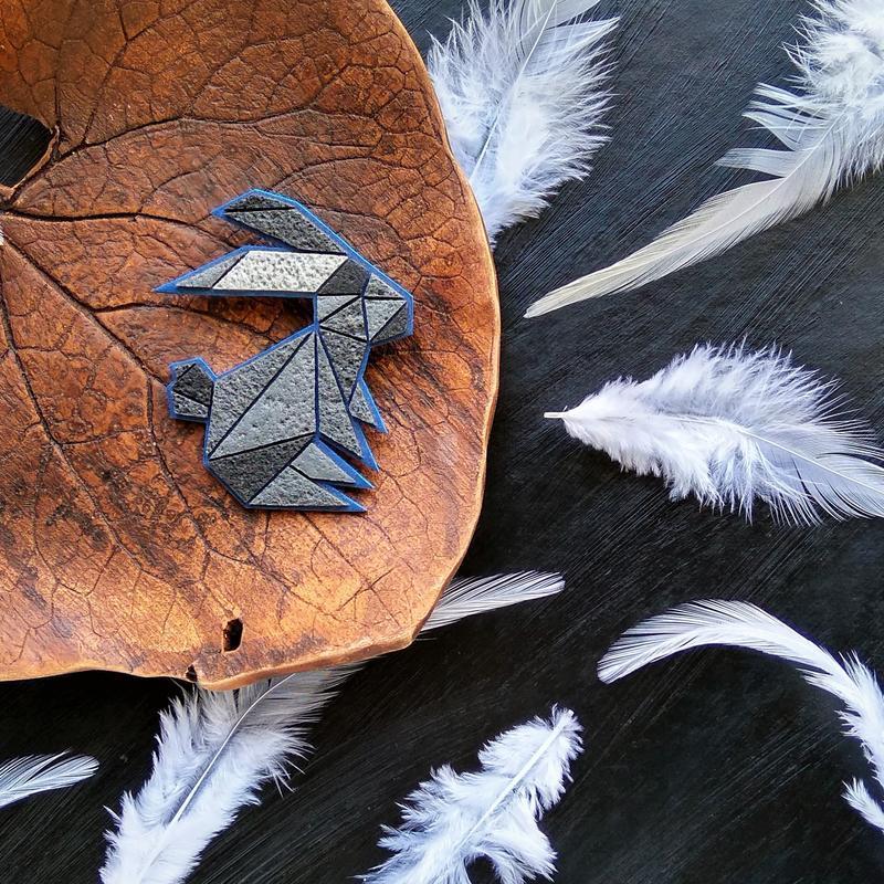 Брошь Зайчик в стиле оригами. Геометрическая брошь Кролик. Полигональная брошь Зайчик ручной работы