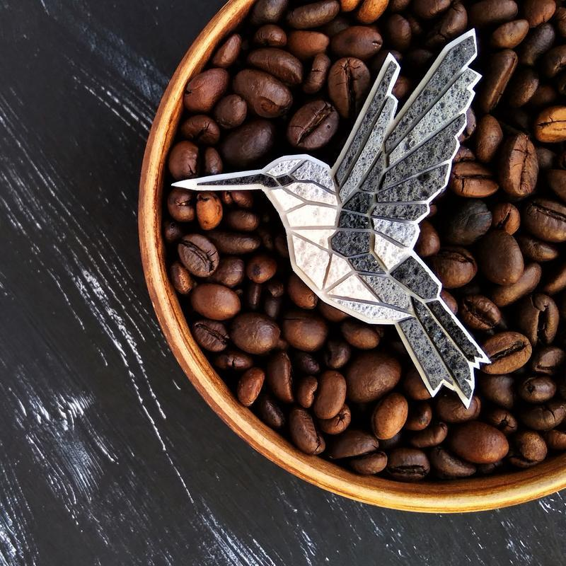 Дизайнерская брошь маленькая птичка Колибри. Авторская геометрическая брошь Колибри ручной работы