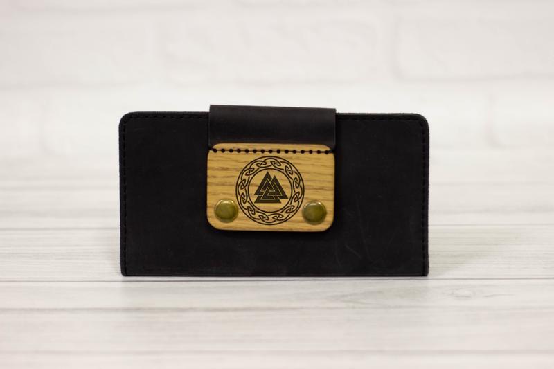 Кожаный мужской кошелек с гравировкой трискеле одина. Большое портмоне с индивидуальной гравировкой
