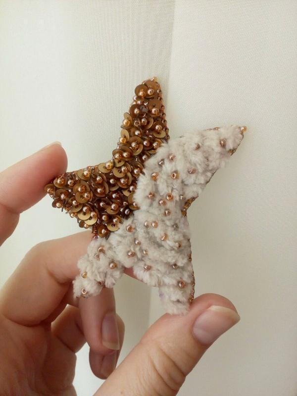 Брошка Золотая звезда вышитая бисером Брошка Золота зірка з бісеру Подарок любимой
