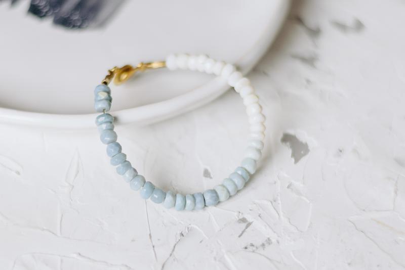 Изящный браслет с бело-голубыми опалами
