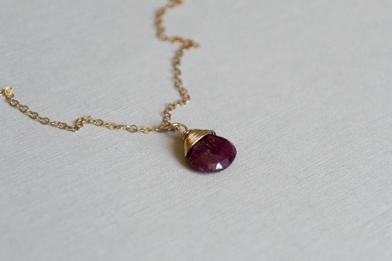 Подвеска с капелькой рубина на цепочке накатанного золота